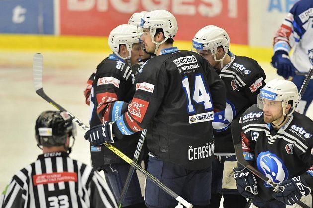 Plzeňští hokejisté se radují z branky.
