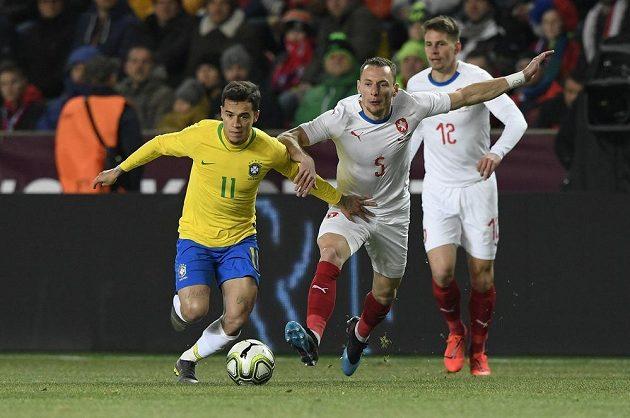 Zleva Philippe Coutinho z Brazílie a čeští hráči Vladimír Coufal a Lukáš Masopust.