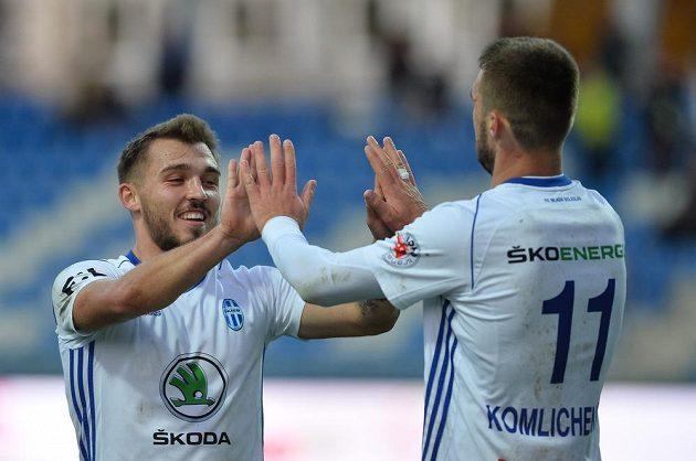 Mladoboleslavský fotbalista Tomáš Ladra (vlevo) se raduje v pohárovém utkání z gólu s Nikolajem Komličenkem.