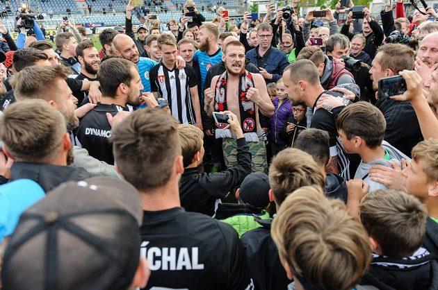 Na snímku hráči Českých Budějovic oslavují s fanoušky na hrací ploše postup do první ligy.