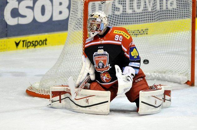 Královéhradecký brankář Ondřej Kacetl inkasuje gól na ledě Pardubic.