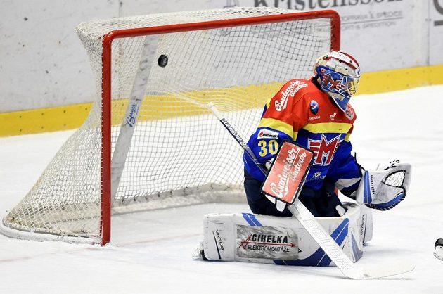 Brankář Českých Budějovic Petr Kváča inkasuje gól.