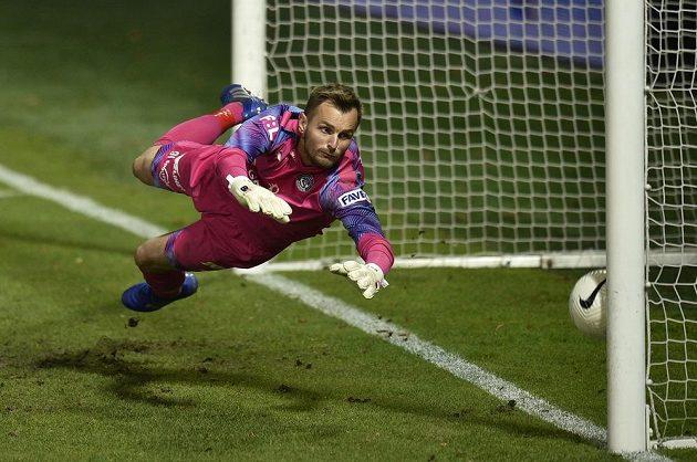 Brankář Slovácka Pavol Bajza inkasuje gól, který ale kvůli ofsajdu rozhodčí neuznal.