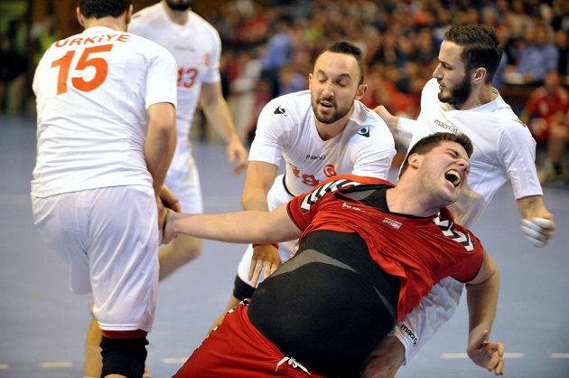 Český házenkář Leoš Petrovský (uprostřed) se prodírá mezi tureckými hráči během kvalifikačního duelu ve Zlíně.