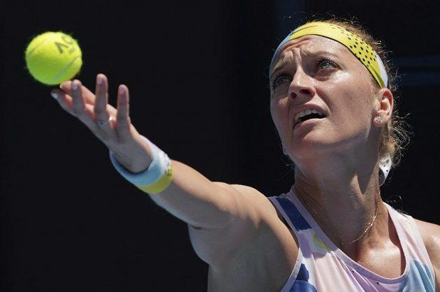 Petra Kvitová na podání proti Australance Ashleigh Bartyové.