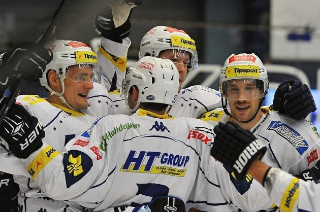 Radost brněnských hokejistů po gólu v plzeňské síti.