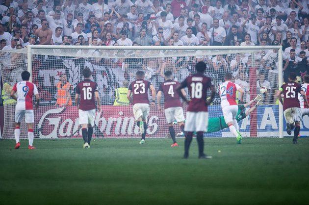 Tomáš Koubek inkasuje gól od Milana Škody z nařízené penalty.