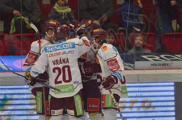 Gólová radost hokejistů Sparty při utkání v Karlových Varech.
