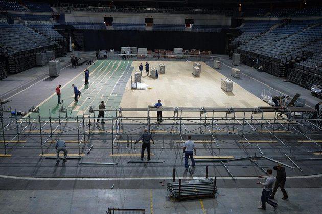 Přípravy na finále Fed Cupu v pražské O2 aréně.