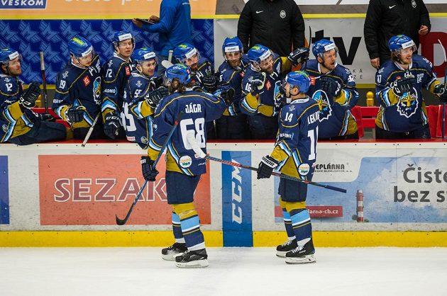 Na ledě přijímají gratulace autor gólu Jaromír Jágr (vlevo) a asistující Tomáš Plekanec.