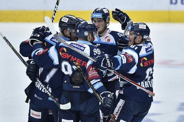 Liberečtí hokejisté slaví gól Tomáše Havlína, jednadvacetiletý obránce si připsal první extraligovou branku.