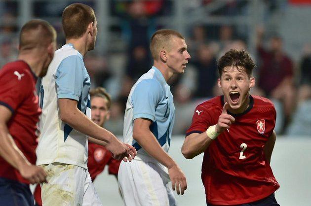 Martin Vitík z ČR se raduje z jediného gólu v kvalifikačním utkání Lvíčat se Slovinskem.