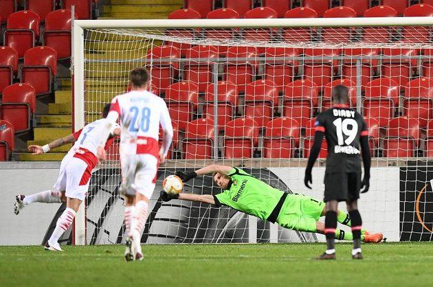 Slávista Nicolae Stanciu v 65. minutě zápasu proti Leverkusenu neproměnil penaltu.