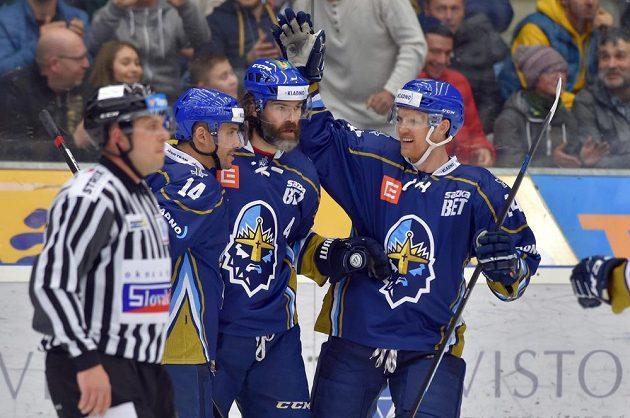 Jaromír Jágr (uprostřed) z Kladna se raduje ze vstřeleného gólu na ledě Chomutova v baráži o hokejovou extraligu. Vlevo je Tomáš Plekanec, vpravo Brandon Nash.