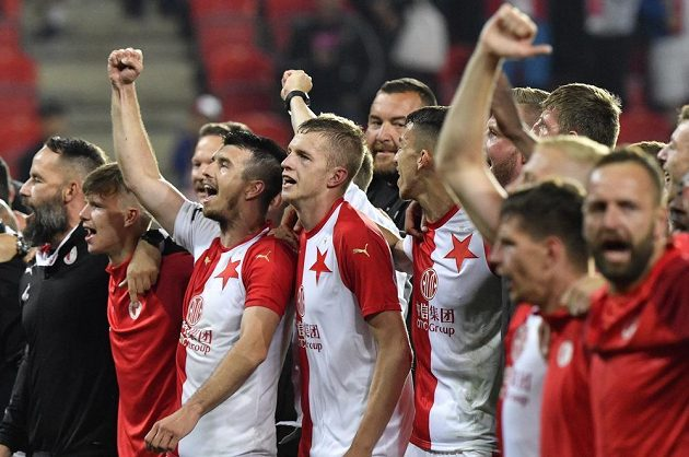 Fotbalisté Slavie slaví výhru nad Plzní, kterou si zajistili obhajobu titulu.