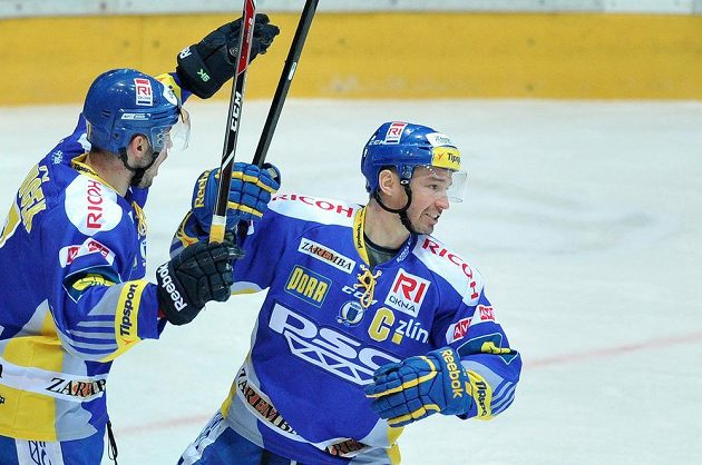Kapitán Zlína Petr Čajánek (vpravo) a Dalibor Řezníček se radují z gólu na ledě Hradce Králové.