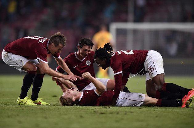 Fotbalisté Sparty oslavují třetí gól proti Zwolle.