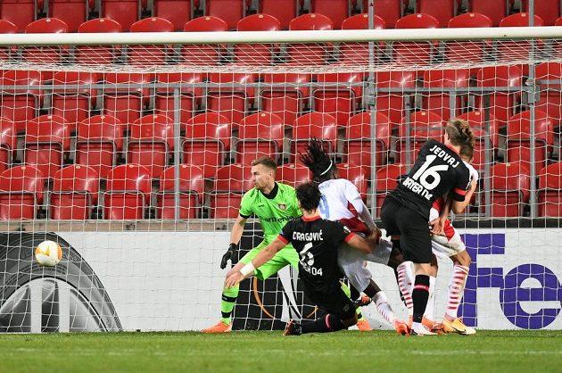 Peter Olayinka (třetí zleva) střílí hlavou vítězný gól Slavie v utkání Evropské ligy proti Leverkusenu.