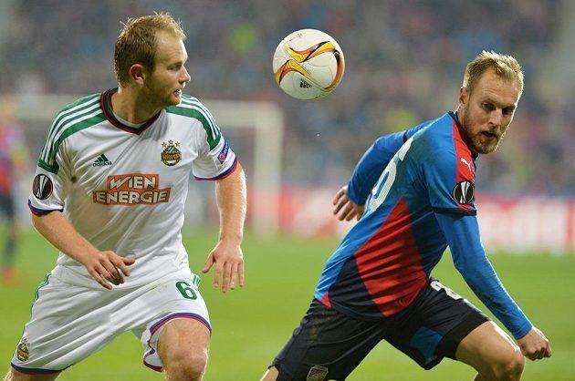 Obránce Rapidu Mario Sonnleitner (vlevo) a plzeňský záložník Daniel Kolář v duelu 4. kola Evropské ligy.