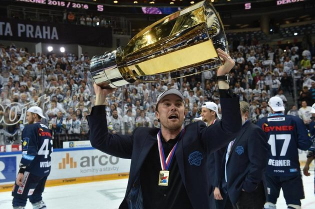 Liberecký trenér Filip Pešán jásá s trofejí.