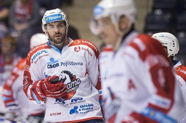 Petr Čáslava z Pardubic během utkání 1. kola baráže o hokejovou extraligu: HC Dynamo Pardubice - Motor České Budějovice, jen zíral, co se děje na ledové ploše.