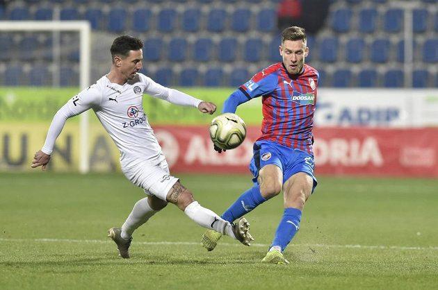 Zleva Milan Petržela ze Slovácka a Lukáš Kalvach z Plzně v utkání 19. kola