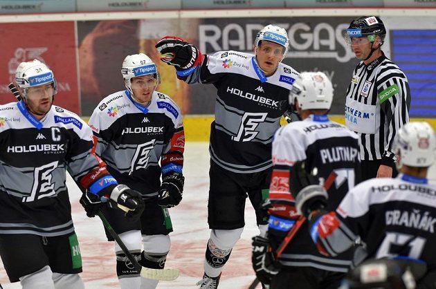 Karlovarská hokejová radost! Z gólu v plzeňské síti se radují zleva Václav Skuhravý, Jan Hladonik, Tomáš Vondráček (střelec gólu) a Michal Plutnar.