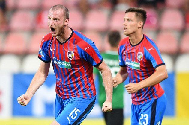 Plzeňský útočník Michael Krmenčík slaví gól na hřišti Příbrami.
