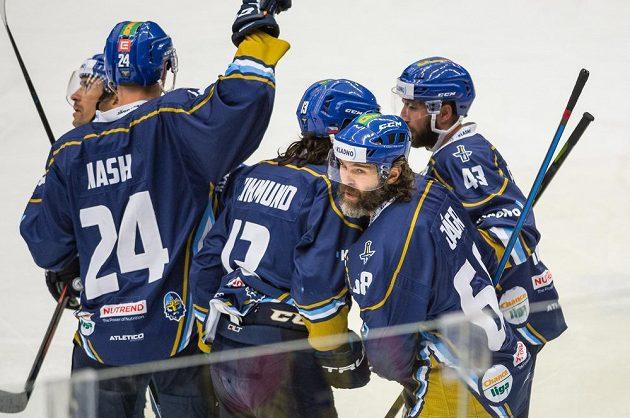 Hokejisté Kladna se radují z prvního gólu Jaromíra Jágra (druhý zprava).
