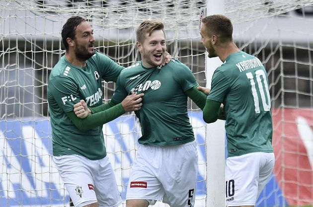 Fotbalistí Jablonce se radují z úvodního gólu Davida Štěpánka (uprostřed).