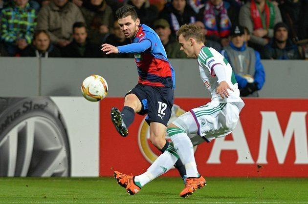 Plzeňský útočník Michal Ďuriš (vlevo) v utkání Evropské ligy proti Rapidu Vídeň.