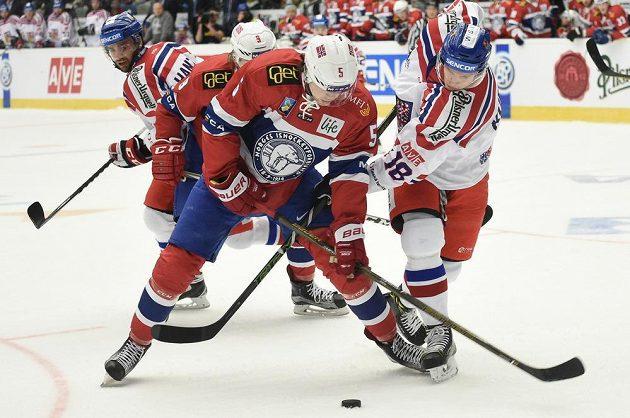 Český forvard Dominik Kubalík (vpravo) bojuje o puk s Magnusem Henriksenem z Norska.