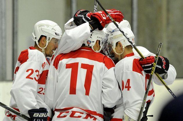 Hráči Pardubic se radují z branky proti bratislavskému Slovanu.