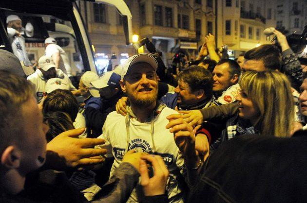 Hokejisté se zdraví na plzeňském náměstí se svými fanoušky.
