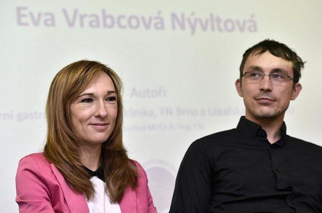 Běžkyně na lyžích Eva Vrabcová-Nývltová na setkání s novináři po jejím propuštění z nemocnice. Vpravo je její manžel Martin Vrabec.