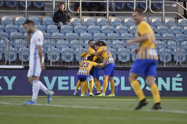 Hráči Opavy se radují z gólu v duelu s Mladou Boleslaví.