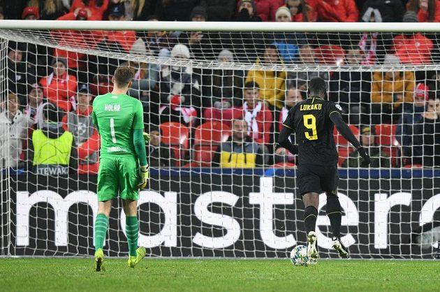 Útočník Interu Milán Romelu Lukaku střílí gól do sítě Slavie v utkání základní skupiny Ligy mistrů. Vše sleduje brankář Ondřej Kolář.