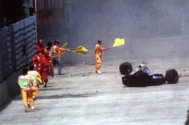 Traťoví maršálové spěchají k vraku vozu Ayrtona Senny na okruhu v Imole (snímek převztaý z TV vysílání).
