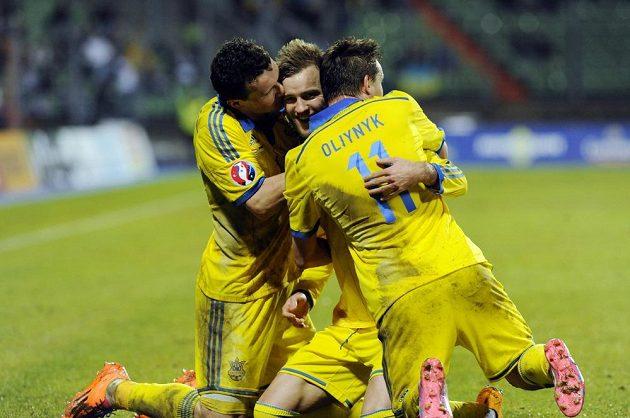 Ukrajinský fotbalista Andrej Jarmolenko (uprostřed) oslavuje se spoluhráči gól proti Lucembursku v kvalifikačním duelu o postup na EURO 2016.