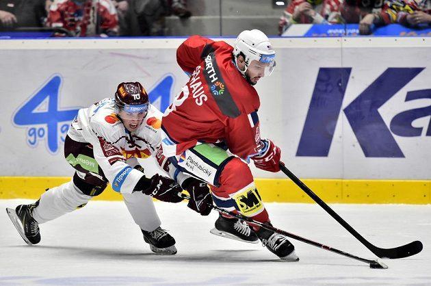 Hokejista Sparty Lukáš Rousek v souboji s Nicholasem Schausem z Pardubic.