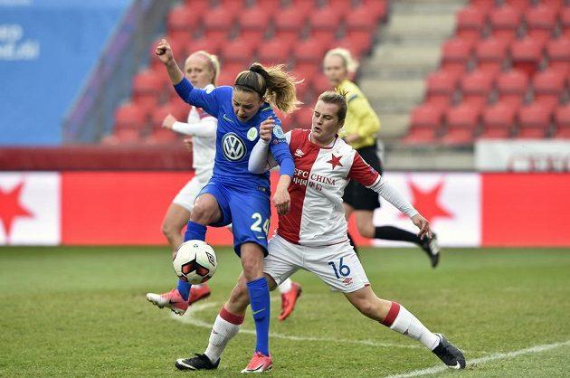 O míč bojují zleva Joelle Wedemeyerová z Wolfsburgu a Tereza Szewieczková ze Slavie.