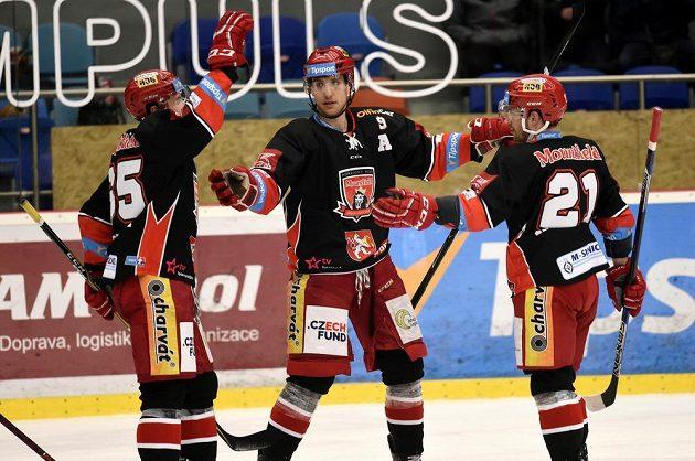 Rudolf Červený, Bedřich Köhler a Petr Koukal z Hradce Králové se radují z branky v extraligovém utkání s Litvínovem.