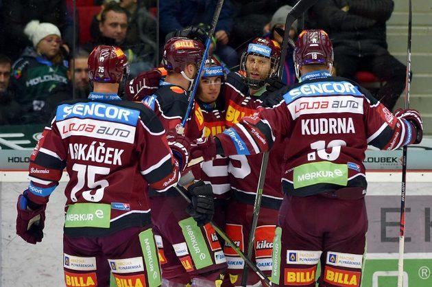 Hráči Sparty se radují z prvního gólu, uprostřed jeho autor Lukáš Rousek.