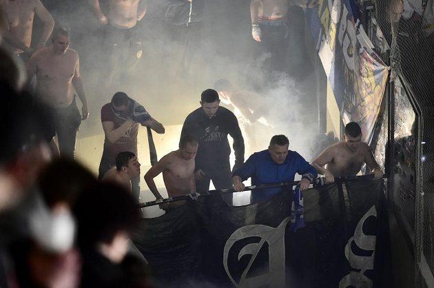 Fanoušci Komety Brno v závěru zápasu hokejové extraligy použili pyrotechniku. Odměna přišla brzy, ledová sprcha od hasičů.