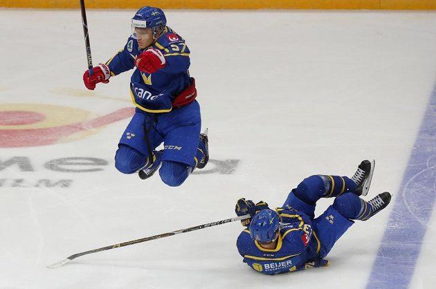 Postřeh vždy na prvním místě. Švédský hokejista Anton Wedin se vyhýbá svému spoluhráči Jesperovi Sellgrenovi.
