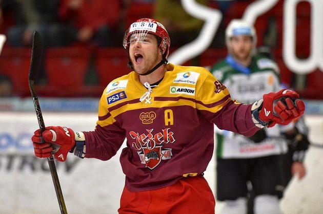 Jihlavský Michal Důras se raduje z gólu v utkání 1. kola baráže o hokejovou extraligu mezi týmy HC Karlovy Vary a HC Dukla Jihlava.