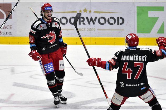 Třinečtí hokejisté Tomáš Kundrátek a Jan Jaroměřský se radují z branky.