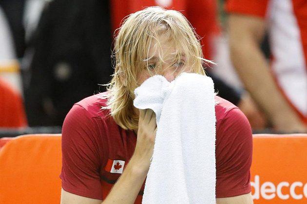Zdrcený Denis Shapovalov poté, co jeho diskvalifikace rozhodla o prohře kanadských tenistů s Británií.
