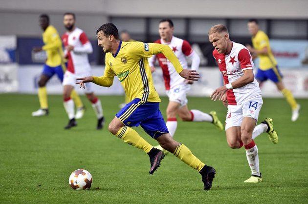 Vukadin Vukadinovič ze Zlína uniká Micku van Burenovi ze Slavie v utkání první ligy.
