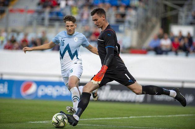 Zleva Kai Cipot ze Slovinska a brankář Matěj Kovář z ČR během utkání skupiny G kvalifikace na ME 2023 fotbalistů do 21 let.